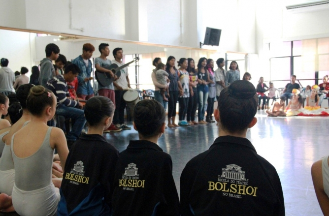 Índios da Tribo Guarani participam de aula na Escola Bolshoi