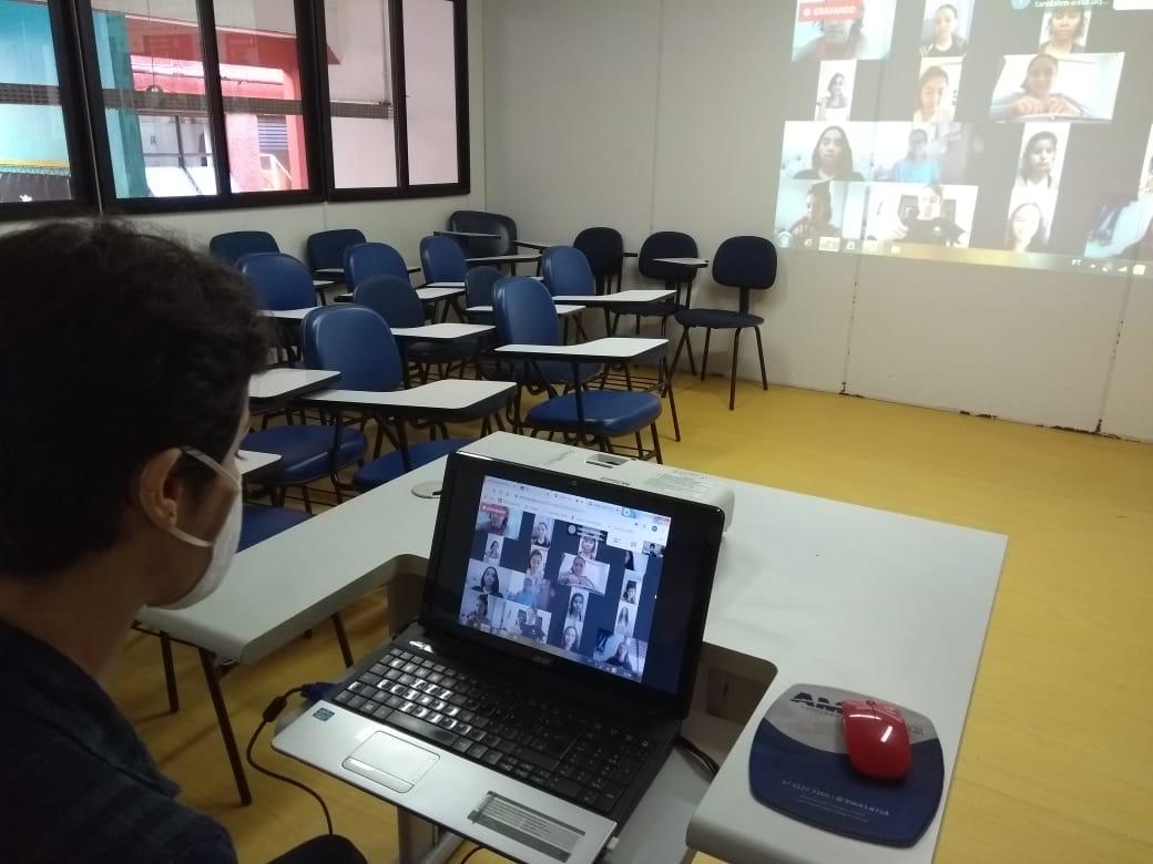 Alunos do Bolshoi Brasil fazem aulas #emcasa