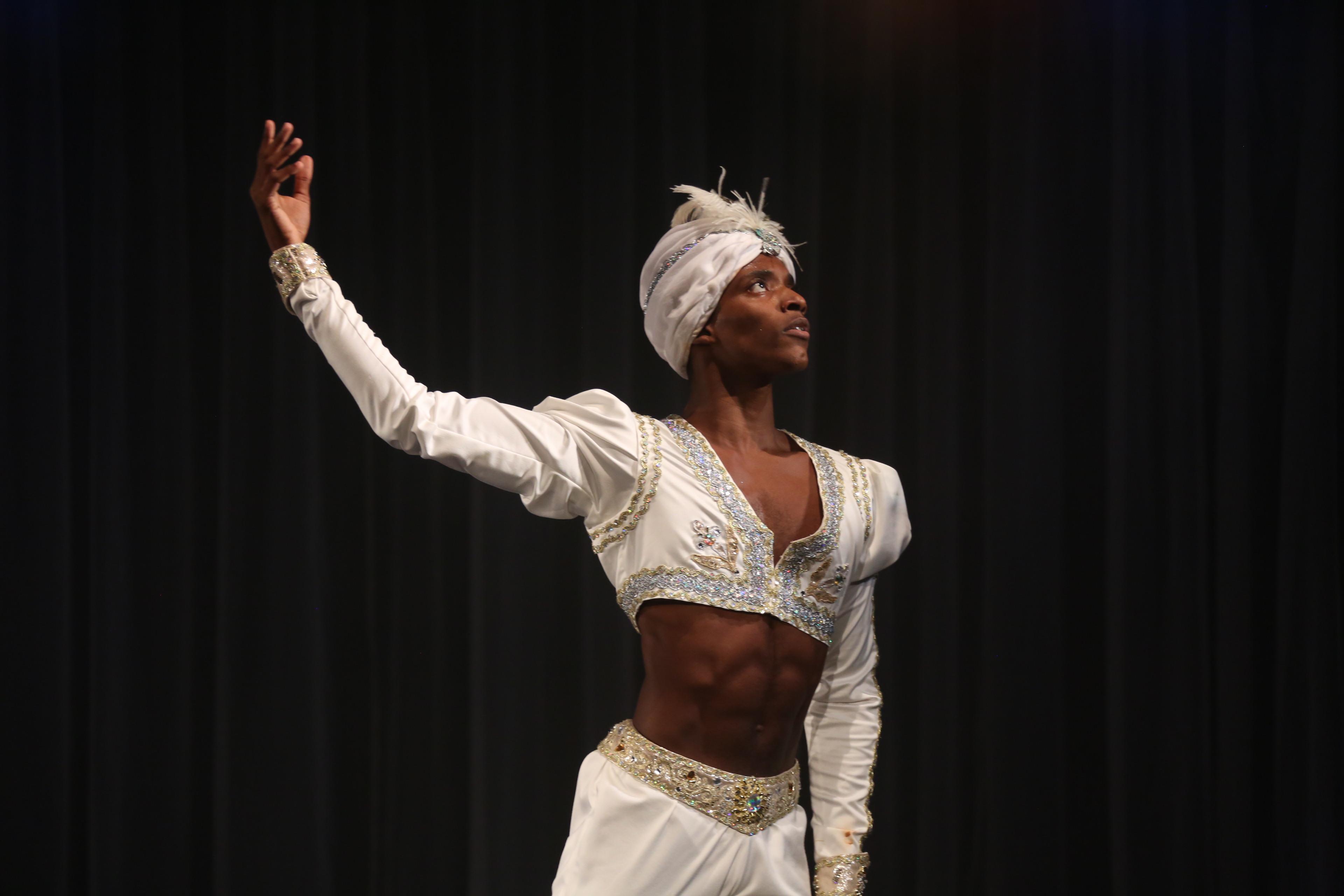 Bailarino da Cia. Jovem rumo à Dinamarca