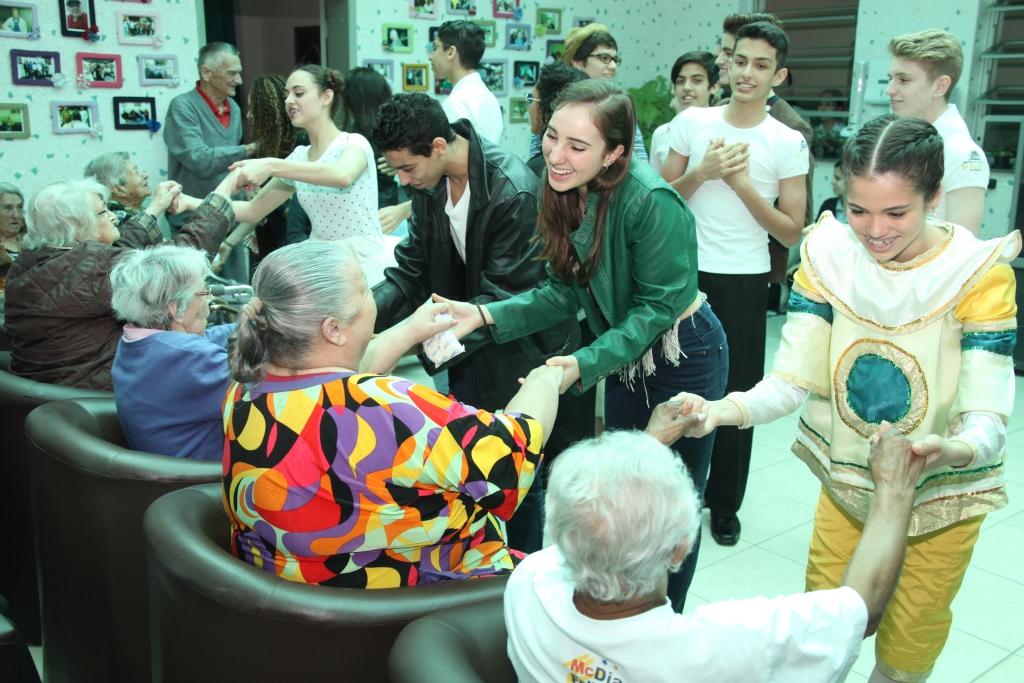 Alunos da Escola Bolshoi visitam idosos em Joinville