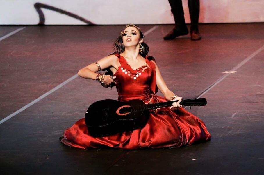 Bailarina da Cia. Jovem rumo ao Theatro Municipal do RJ
